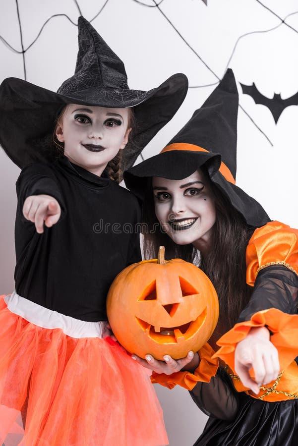 As crianças comemoram Dia das Bruxas fotografia de stock