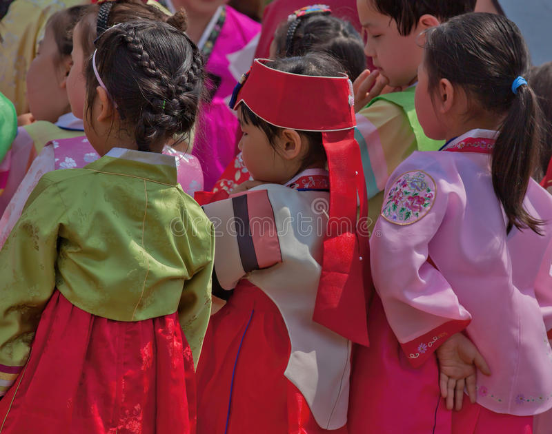 As crianças coreanas participam na celebração cultural imagem de stock
