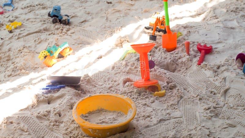 As crianças da cubeta dos brinquedos jogam a família feliz do verão engraçado da praia do mar das férias fotos de stock