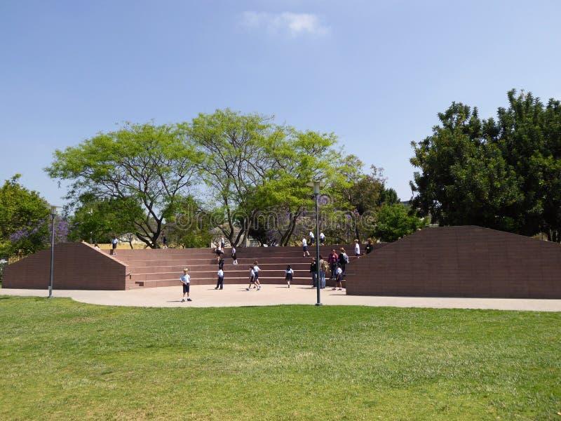 As crianças da escola que exploram o La Brea Tar Pits & o museu, Los Angeles, Califórnia, cerca de podem 2017 imagem de stock