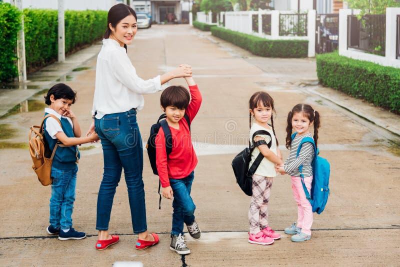 As crianças da família caçoam ir de passeio do jardim de infância da menina e do menino do filho foto de stock