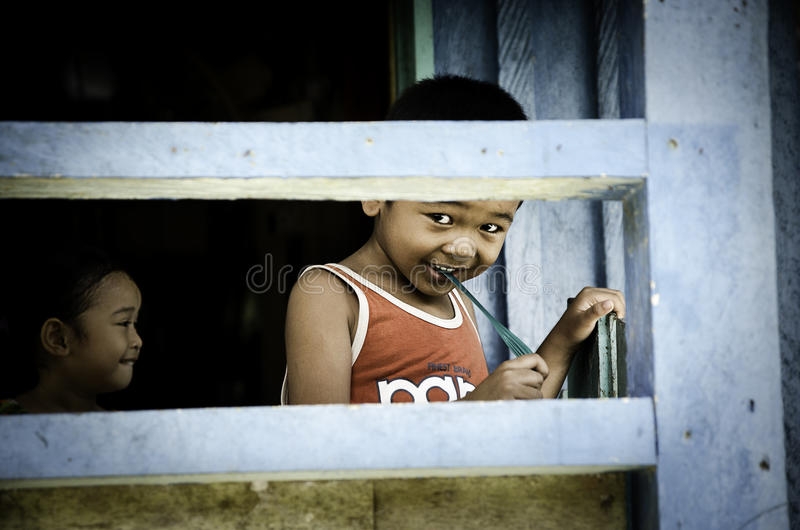 As crianças de Bornean que jogam em uma casa foto de stock royalty free