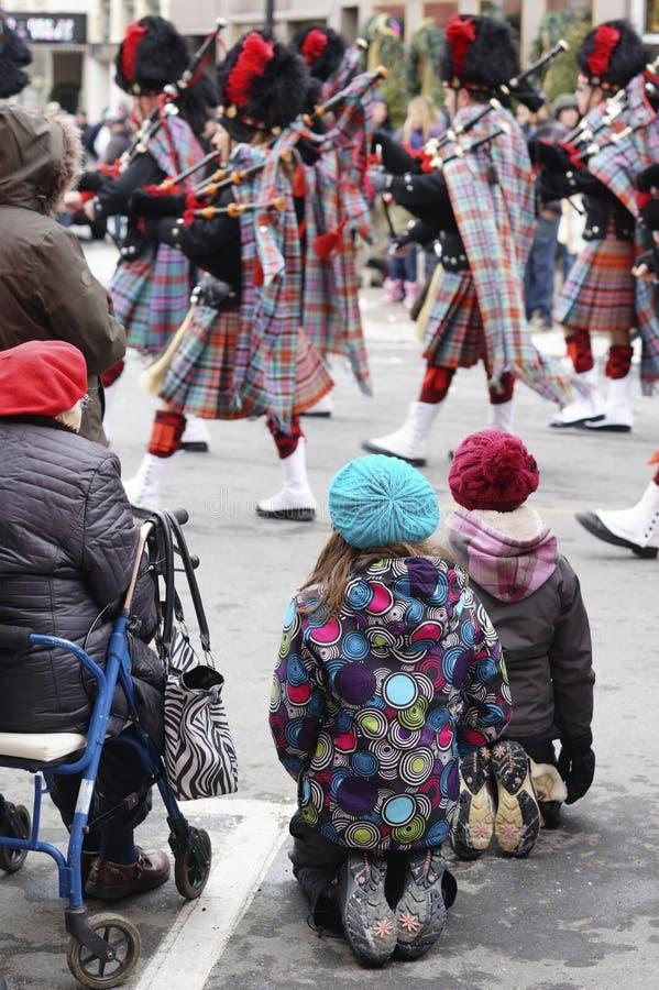 As crianças de todas as idades olham Santa Claus Parade fotografia de stock