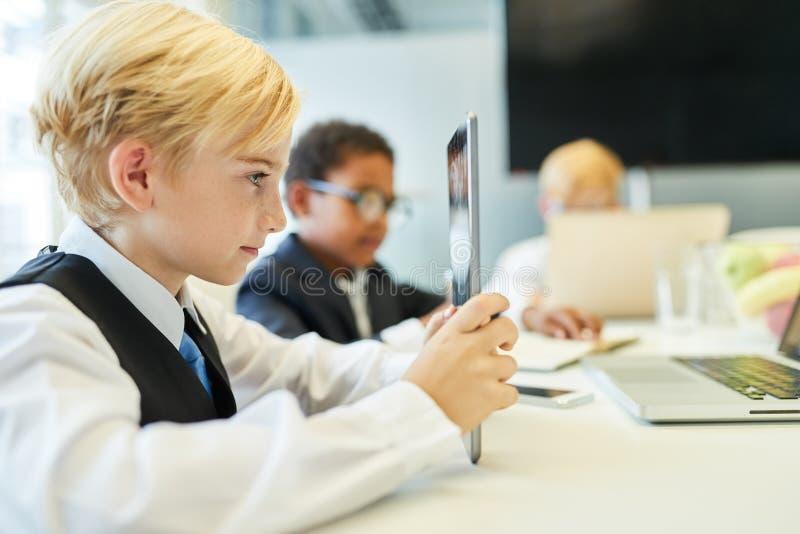 As crianças do negócio aprendem em um curso de computador imagem de stock