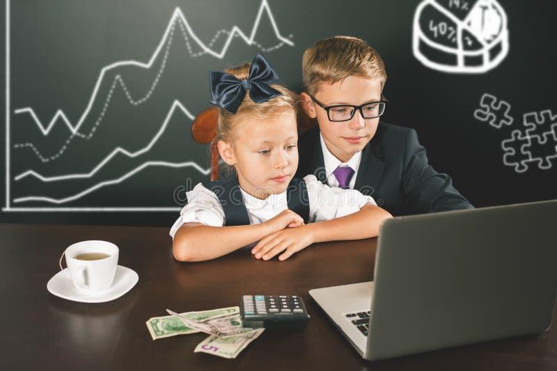 As crianças do negócio usam um laptop Diagrama do negócio, gráfico fotografia de stock