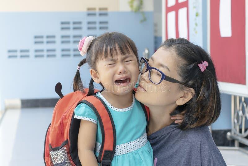 As crianças e dia de grito da mãe o primeiro vão ao scho do pre-jardim de infância imagens de stock