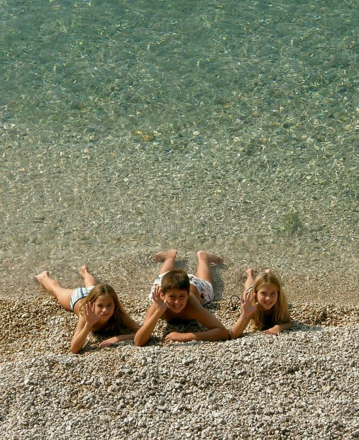 As crianças emitiram cumprimentos do mar imagem de stock royalty free