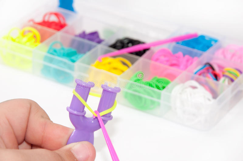 As crianças entregam a criação do bracelete com os elásticos e a caixa nos vagabundos fotos de stock