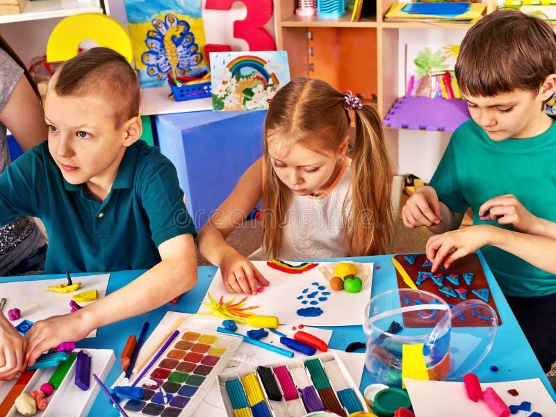 As crianças esculpem da argila e da tração imagem de stock royalty free