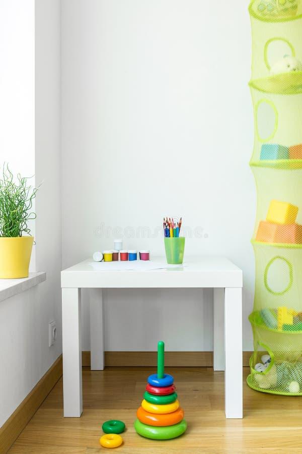 As crianças espaçam na casa moderna foto de stock