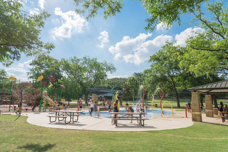 As crianças espirram o parque à terra da almofada ou do Parr do pulverizador, vinha, Texas, foto de stock