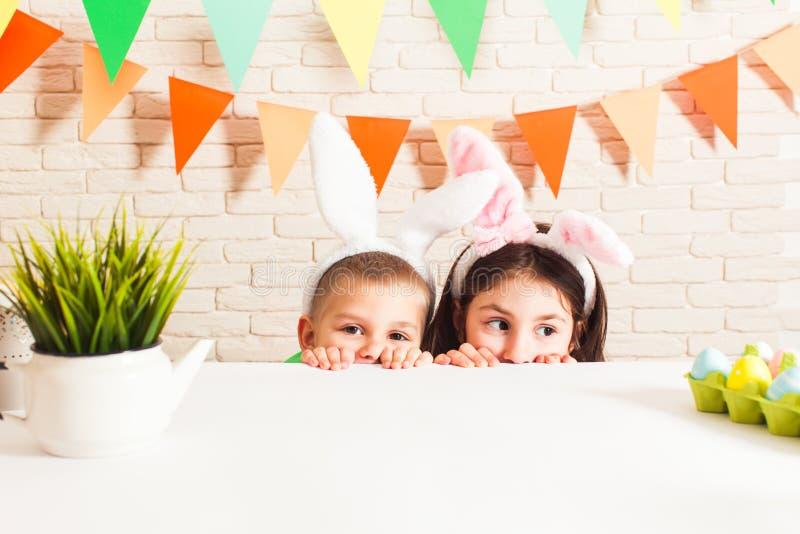 As crianças estão esperando a Páscoa foto de stock