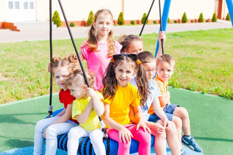 As crianças estão esperando pais no verão fora imagem de stock royalty free
