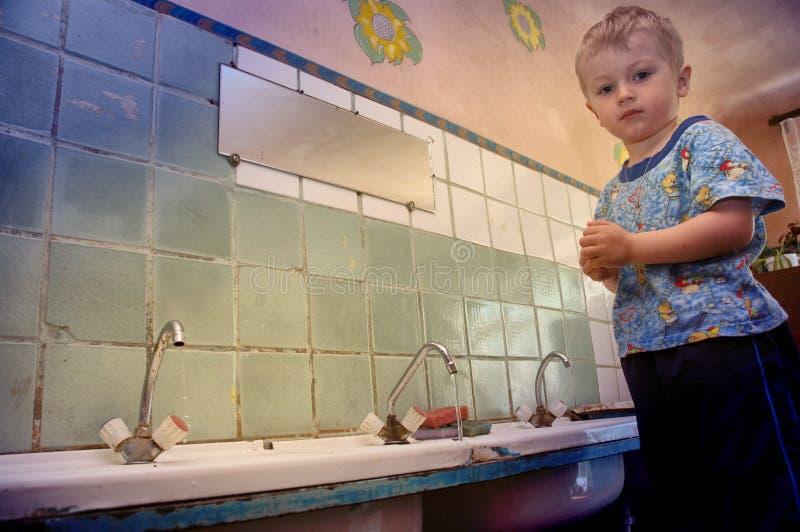 As crianças estão indo educar em uma pensão onde não haja nenhuma água fotos de stock