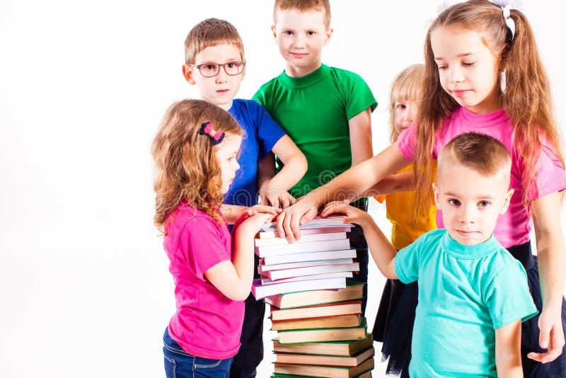 As crianças estão interessadas nos livros fotos de stock