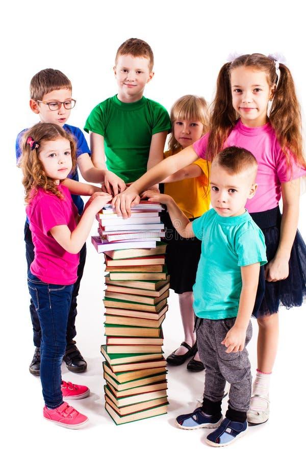 As crianças estão interessadas nos livros foto de stock