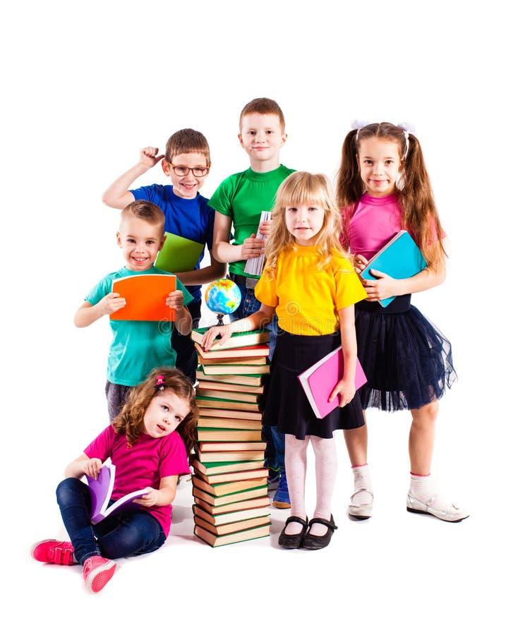 As crianças estão interessadas nos livros foto de stock royalty free