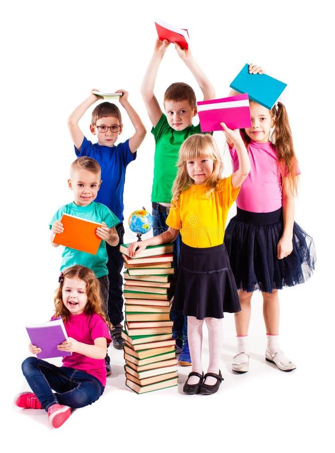 As crianças estão interessadas nos livros fotos de stock royalty free