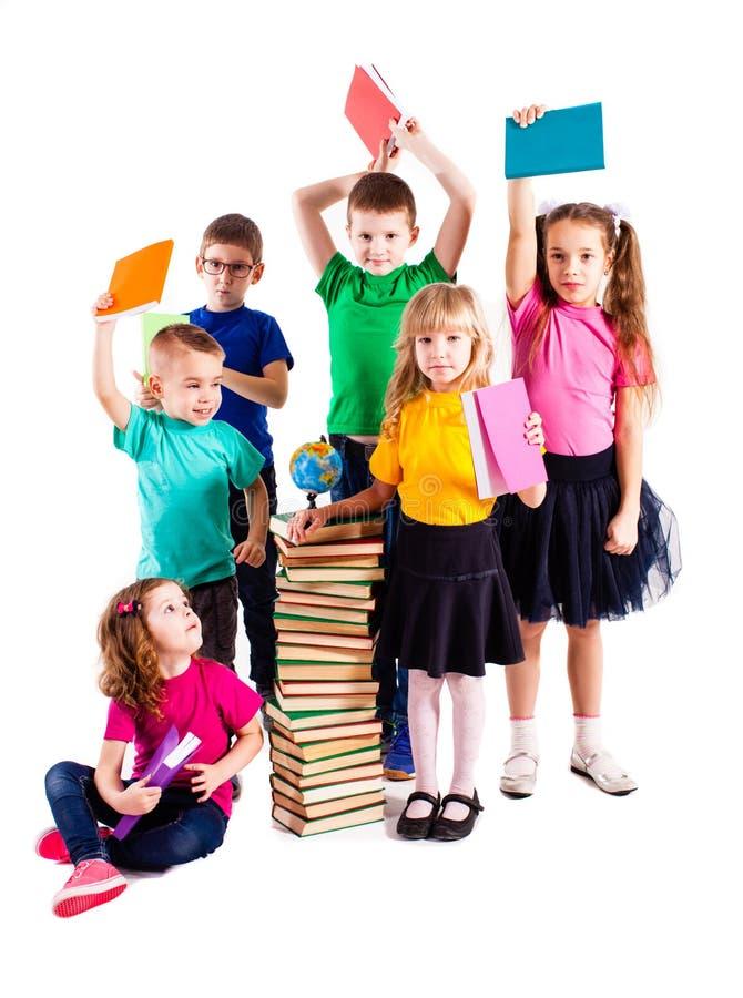 As crianças estão interessadas nos livros fotografia de stock royalty free