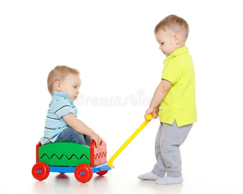 As crianças estão jogando com carro do brinquedo. fotos de stock royalty free
