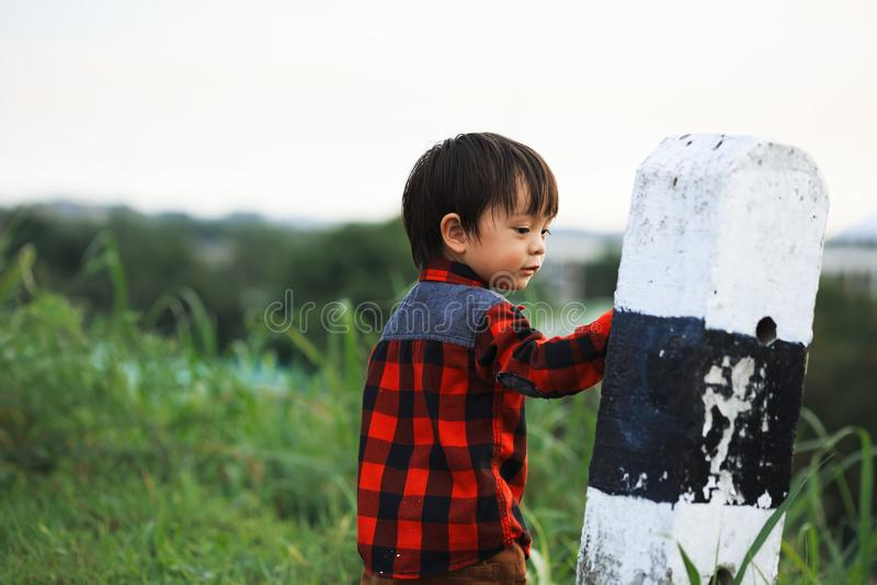 As crianças estão perto da coluna na estrada fotos de stock