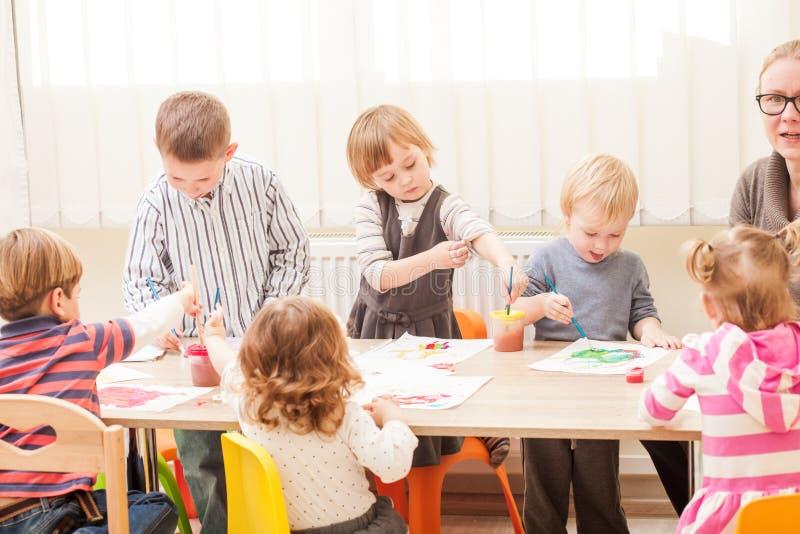 As crianças estão pintando fotos de stock royalty free