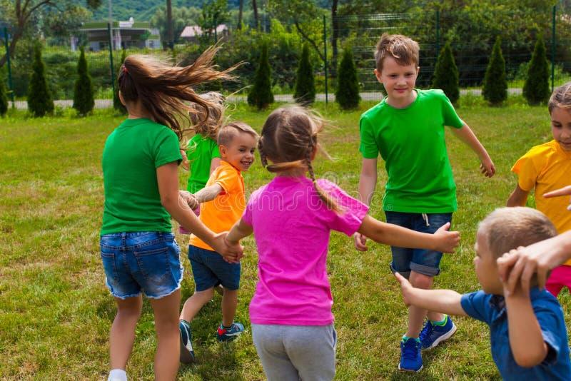 As crianças estão se preparando para dançar de mãos dadas imagem de stock