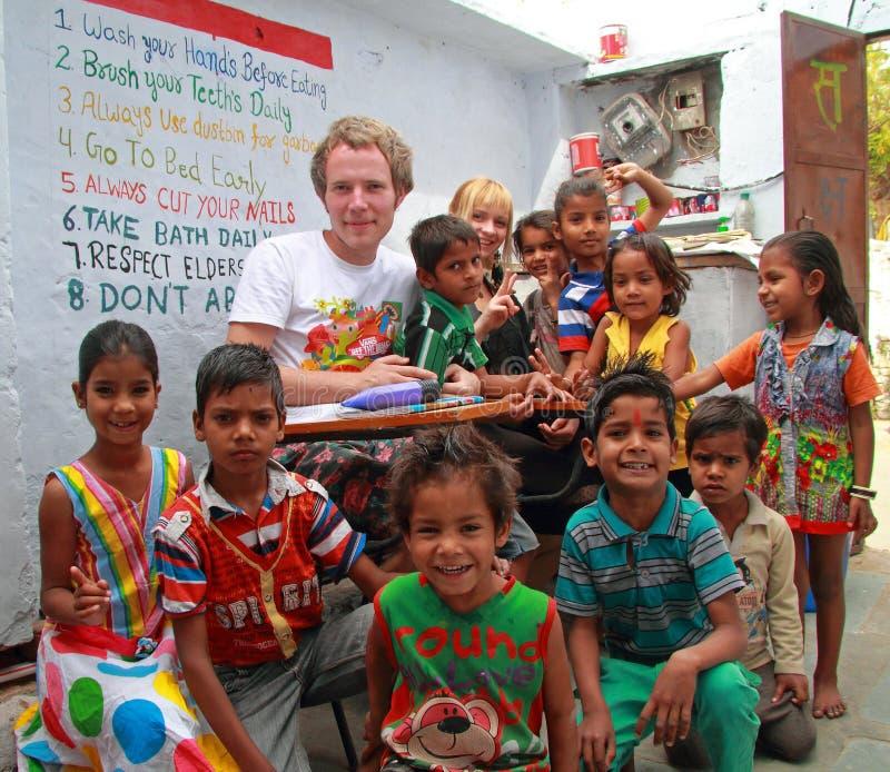 As crianças estão visitando o centro para a educação em Jaipur, Índia fotos de stock