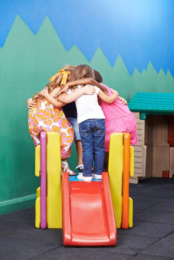 As crianças fazem a aproximação para guardar o conselho da guerra fotografia de stock royalty free