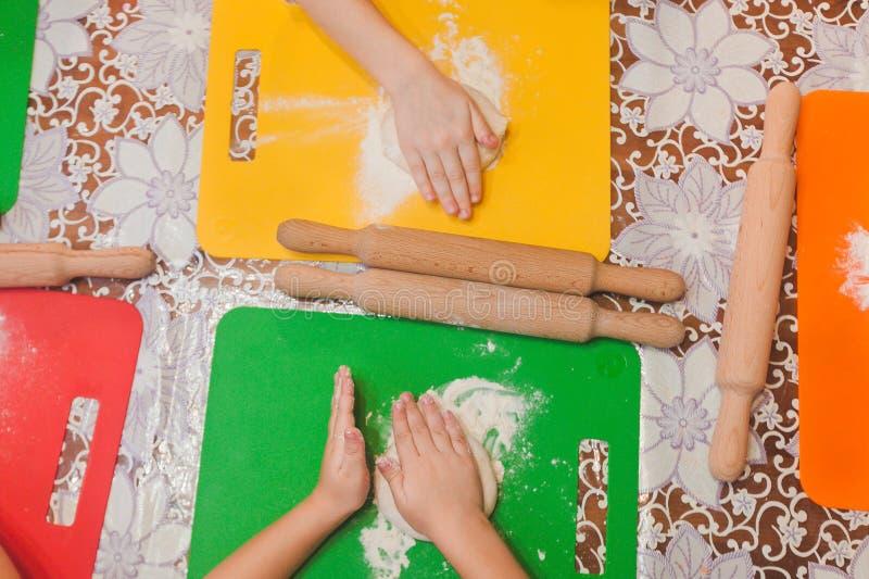 As crianças fazem a pizza caseiro imagens de stock