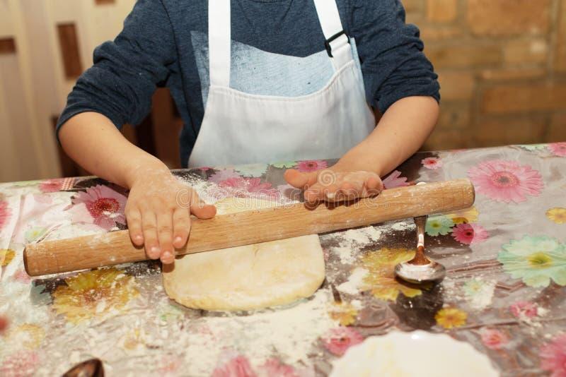 As crianças fazem a pizza Pouco cozinha imagens de stock