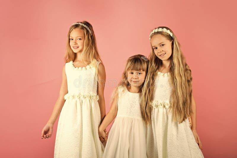 As crianças felizes bonitos são junto Fundo cor-de-rosa Conceito da felicidade, o elegante e da amizade fotografia de stock