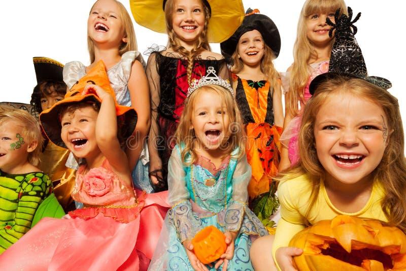 As crianças felizes que vestem Dia das Bruxas trajam o close-up imagem de stock