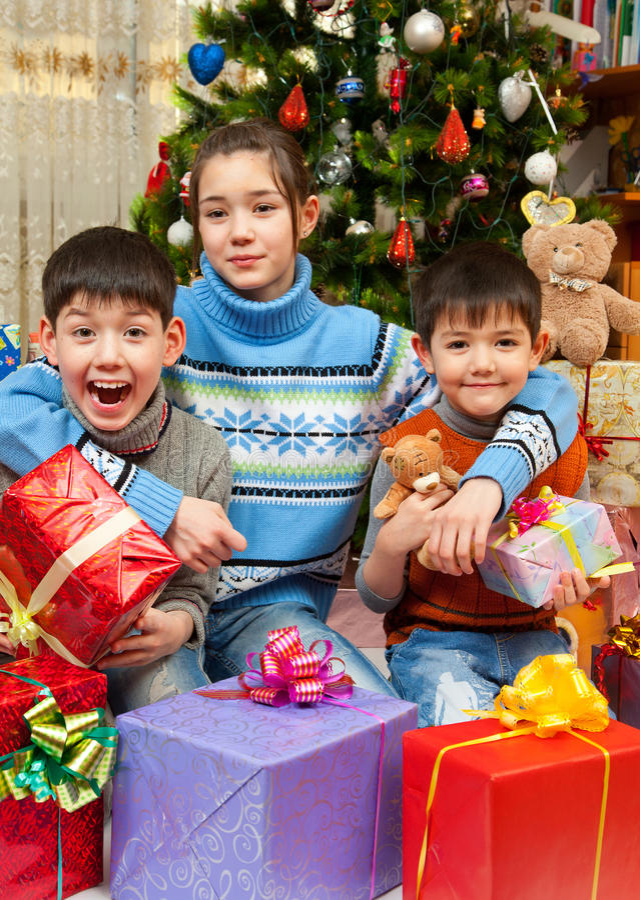 As crianças felizes são comemoram o ano novo fotos de stock