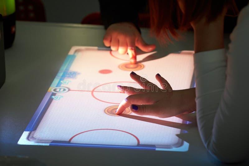 As crianças jogam o hóquei virtual imagem de stock