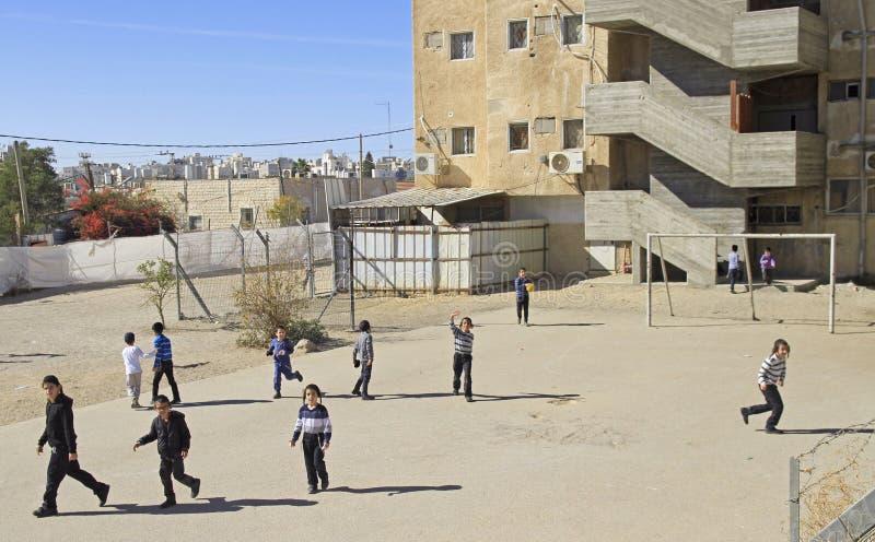 As crianças judaicas estão jogando o futebol exterior fotos de stock