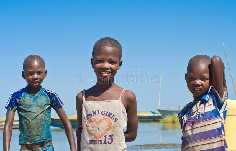 As crianças não identificadas aproximam o lago Turkana, Kenya foto de stock
