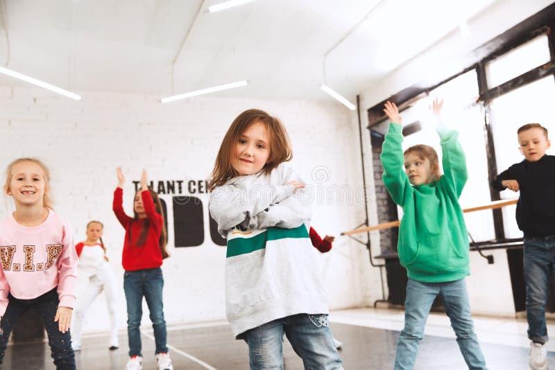As crianças na escola de dança Dançarinos do bailado, do hiphop, da rua, os funky e os modernos imagem de stock royalty free