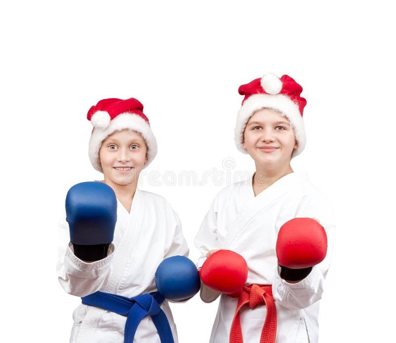 As crianças no karategi estão estando na cremalheira do karaté foto de stock