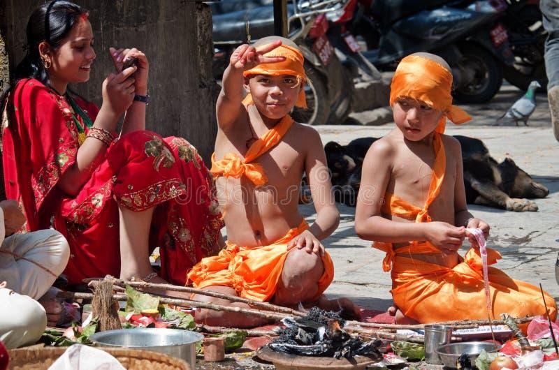 As crianças no vestido tradicional em Durbar esquadram em Kathmandu fotos de stock royalty free