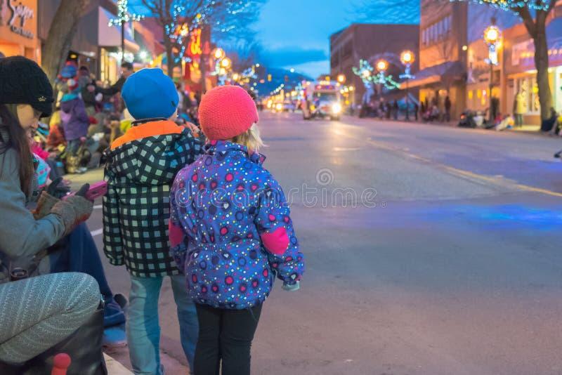 As crianças olham enquanto o Penticton Santa Claus Parade começa fotos de stock