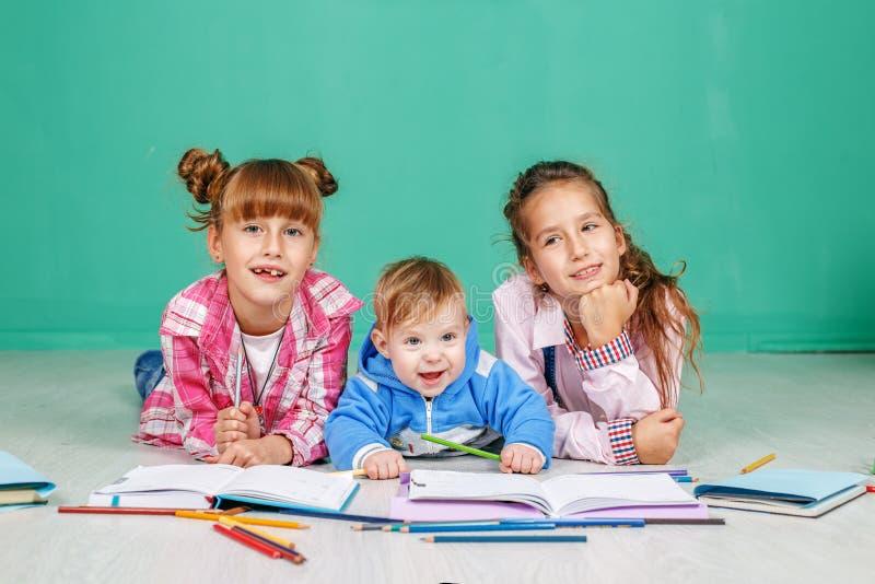 As crianças pequenas aprendem escrever e ler O conceito do childhoo fotografia de stock