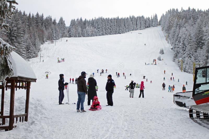 """As crianças que esquiam em um esqui inclinam-se para crianças no recurso do inverno na montanha de Vitosha, †""""janeiro 23,2018 d fotografia de stock royalty free"""