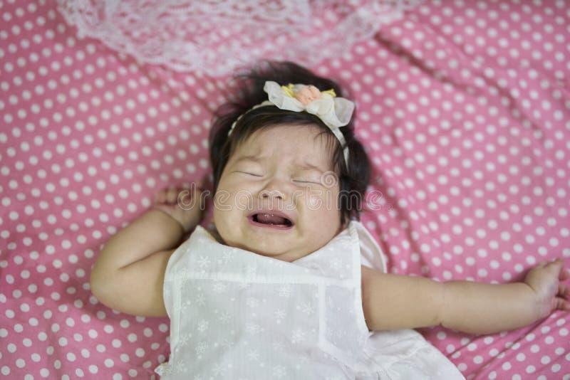 As crianças que gritam na cama imagens de stock royalty free