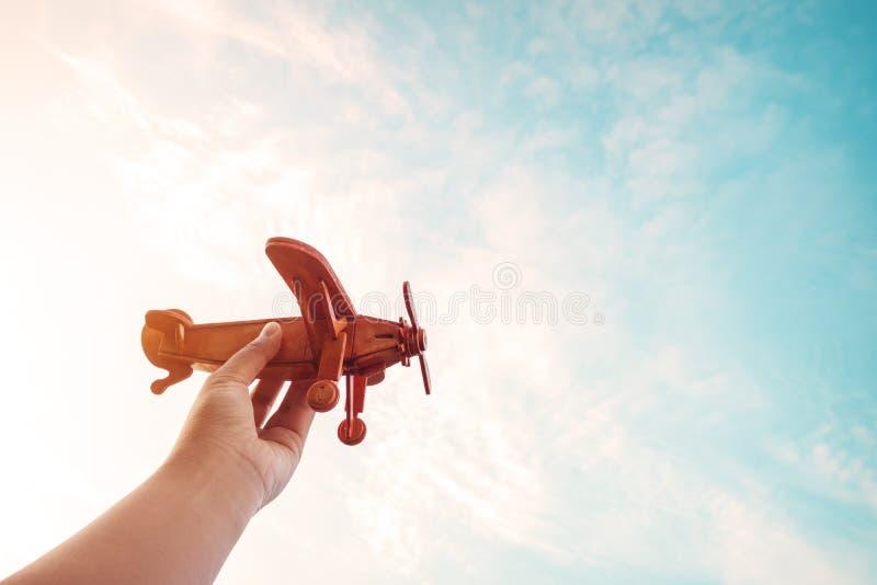 As crianças que guardam um brinquedo aplanam e têm sonhos querem ser um piloto imagens de stock royalty free