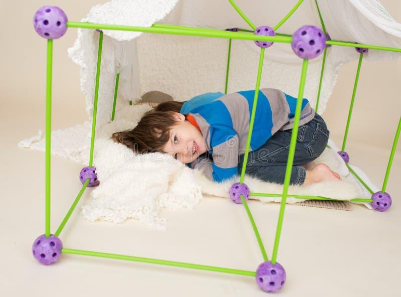 As crianças que jogam com barraca, fingem o forte imagens de stock