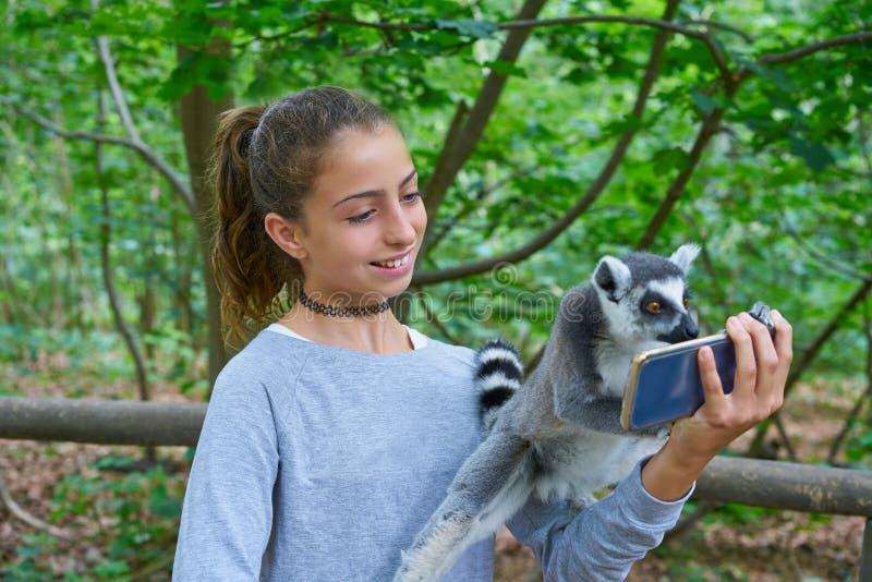 As crianças que têm o divertimento com anel ataram animais dos lêmures fotos de stock