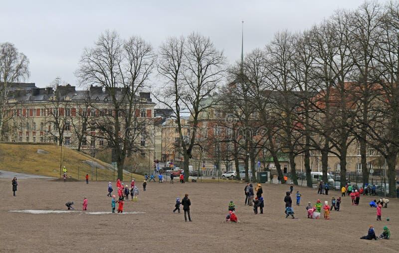 As crianças são jogar exterior em Helsínquia, Finlandia foto de stock royalty free