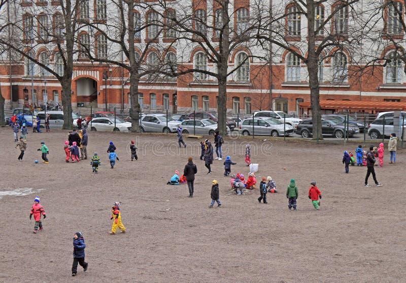As crianças são jogar exterior em Helsínquia, Finlandia imagens de stock
