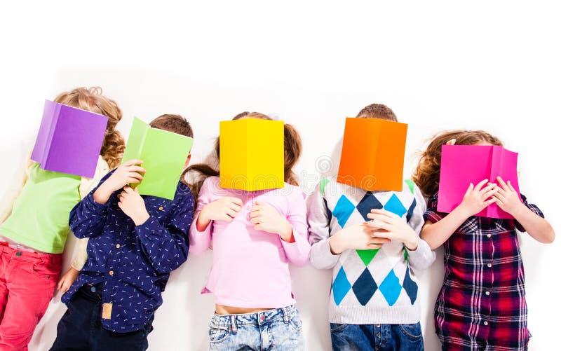 As crianças são livros de leitura foto de stock